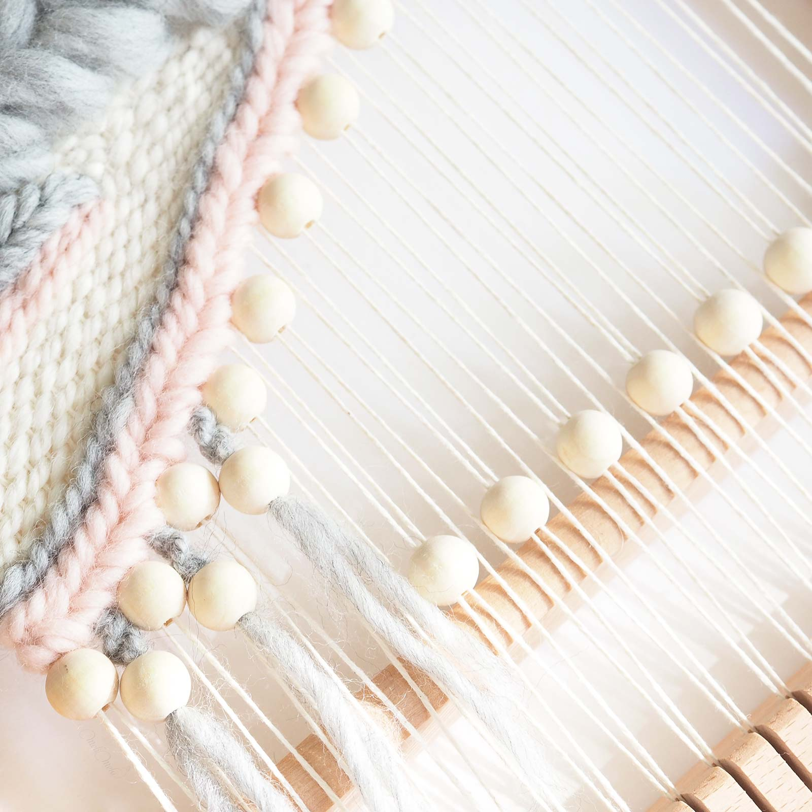 Détail tissage trame perles en bois laine plassard woolandthegang handweaving laboutiquedemelimelo