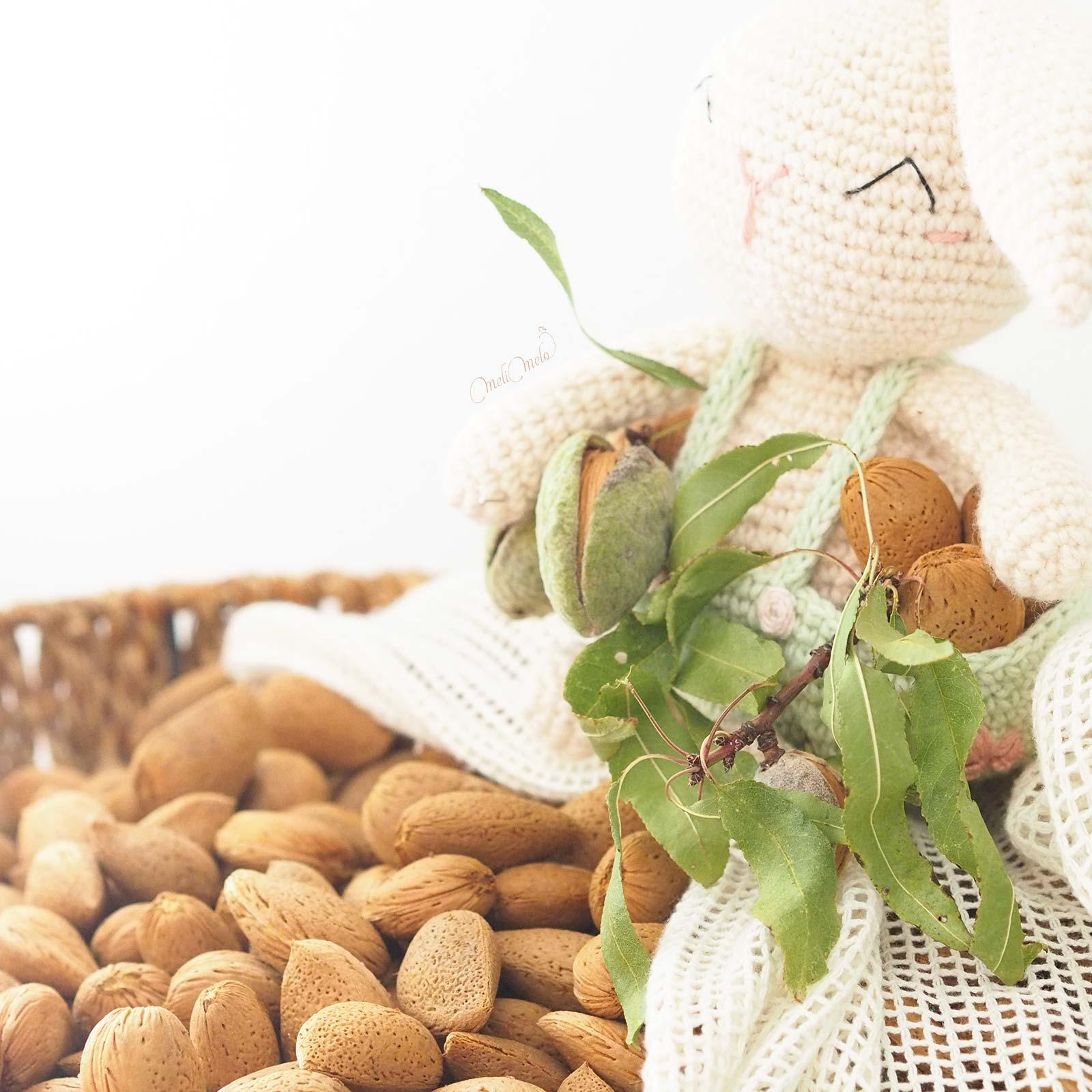amande-fraiche-cueillette-septembre-crochet-lapin-amigurumi-laboutiquedemelimelo