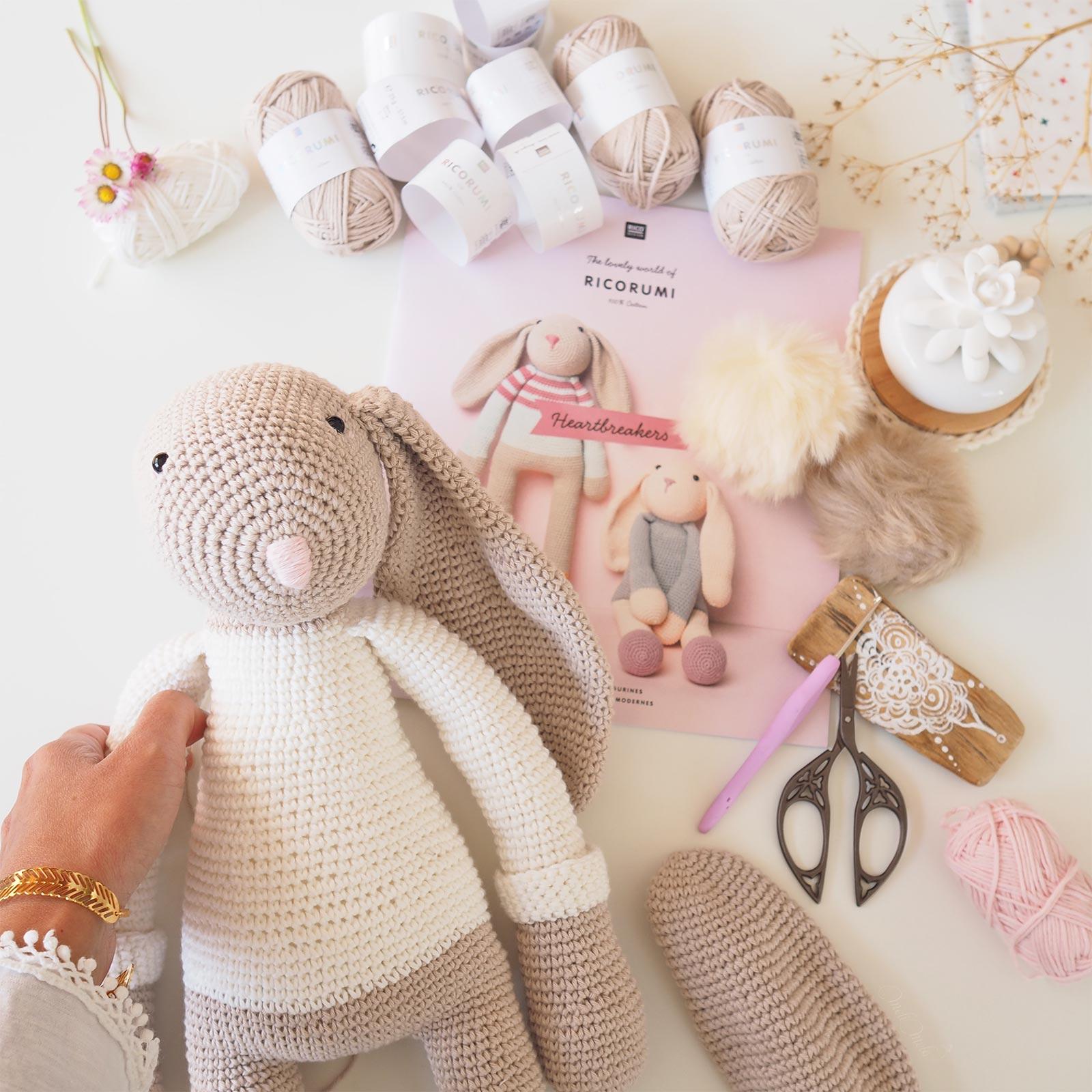 crochet-amigurumi-doudou-lapin-géant-pull-arc-en-ciel-ricorumi-laboutiquedemelimelo