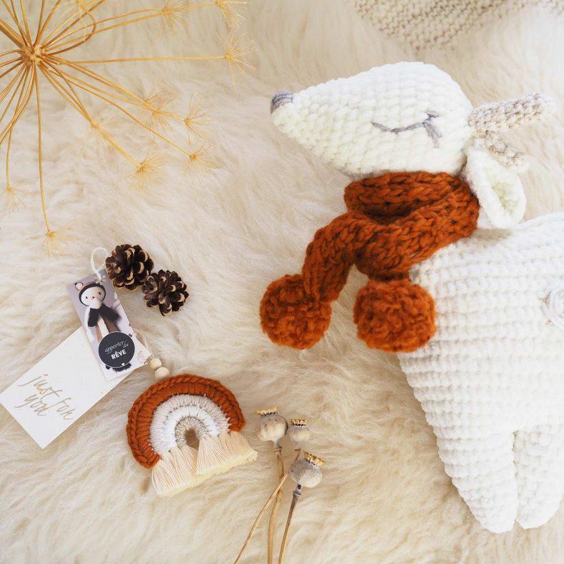 biche-doudou-echarpe-arc-en-ciel-crochet-amigurumi-laboutiquedemelimelo