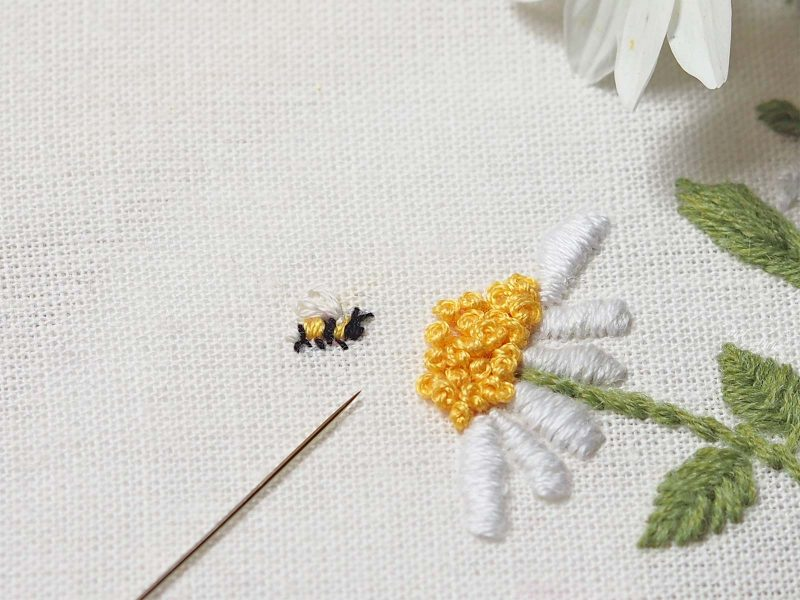 broderie-detail-butineuse-abeille-mini-paquerette-laboutiquedemelimelo