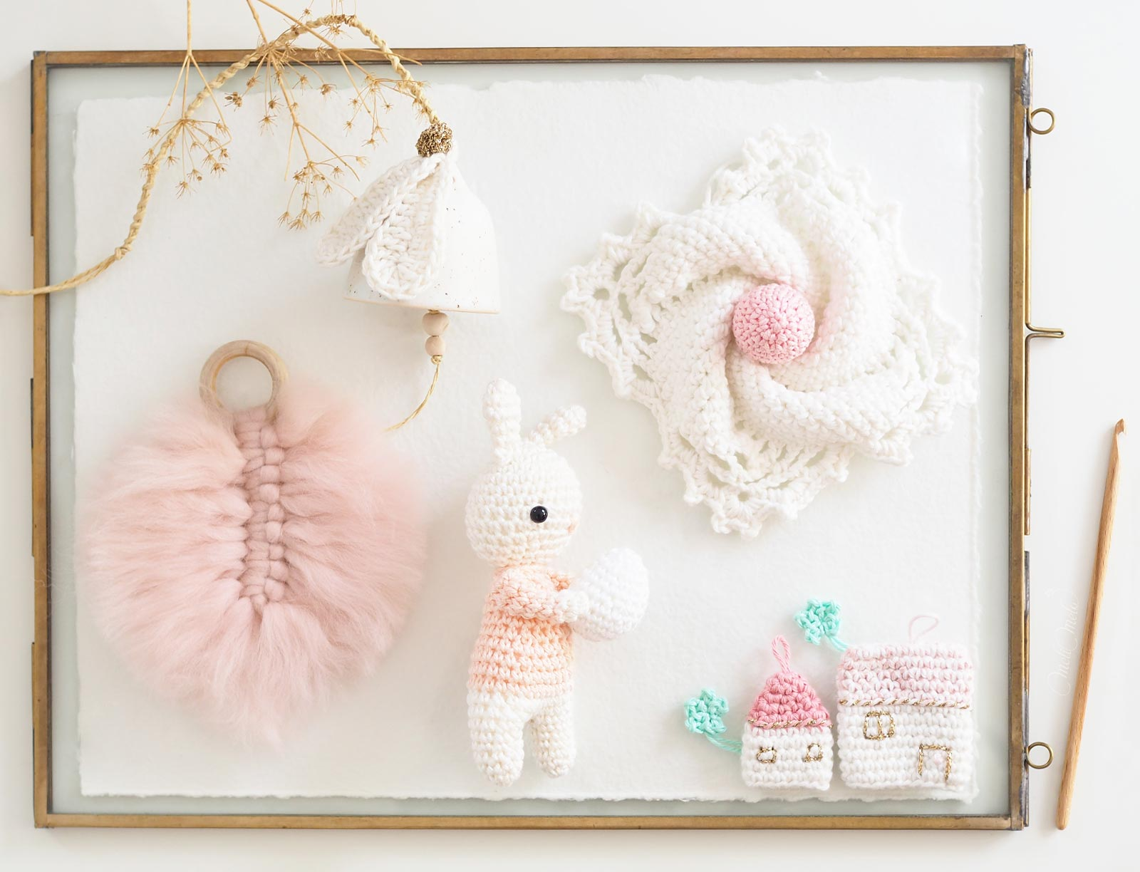 cadre-crochet-paques-lapin-oeuf-maison-plume-granny-cloche-laboutiquedemelimelo