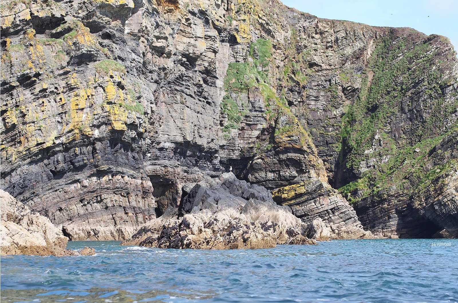 cliffs-nohoval-cove-cork-irelande-falaise-kayak-yoniquenews