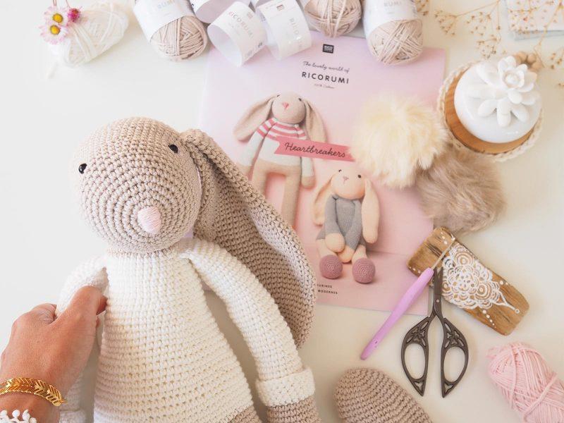 crochet-amigurumi-doudou-lapin-geant-pull-arc-en-ciel-ricorumi-laboutiquedemelimelo