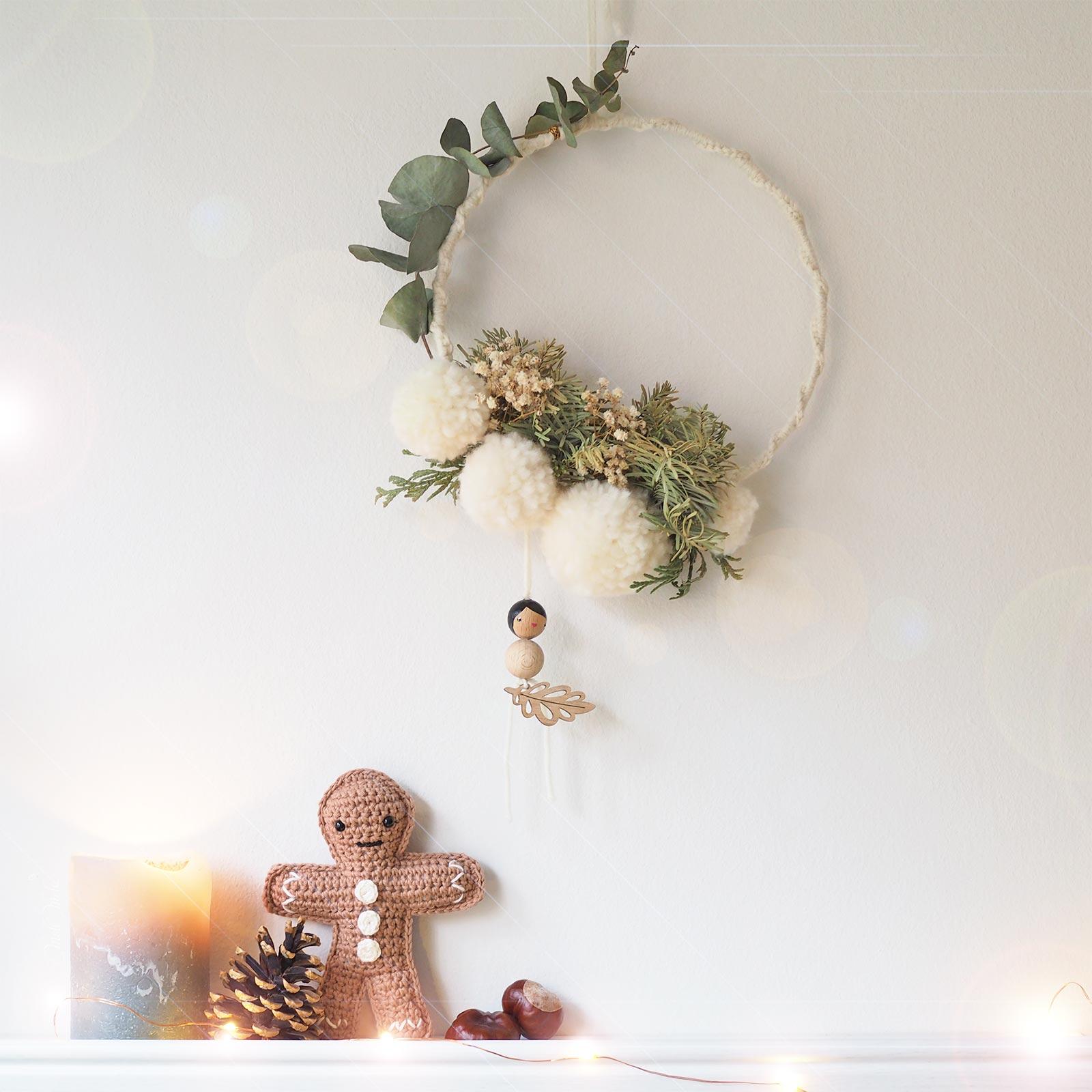 déco Nöel couronne fleurs séchées pompon laine crochet Les Pois Plumes bonhomme pain épice crochet laboutiquedemelimelo