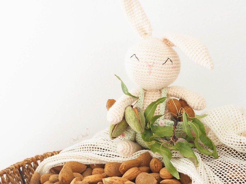 doudou-lapin-oliver-amigurumi-naturacrochet-recolte-amandes-laboutiquedemelimelo