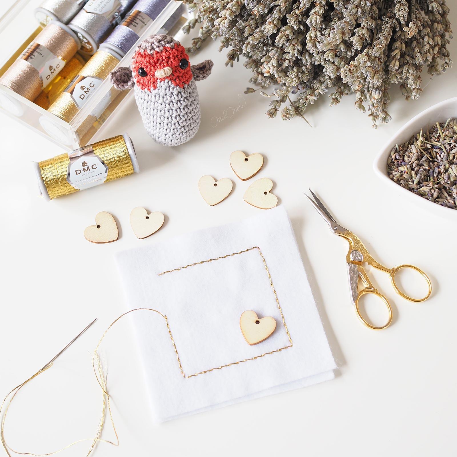 coussin lavande Provence crochet oiseau rouge-gorge DMC métallisé Diamant Boutique MeliMelo