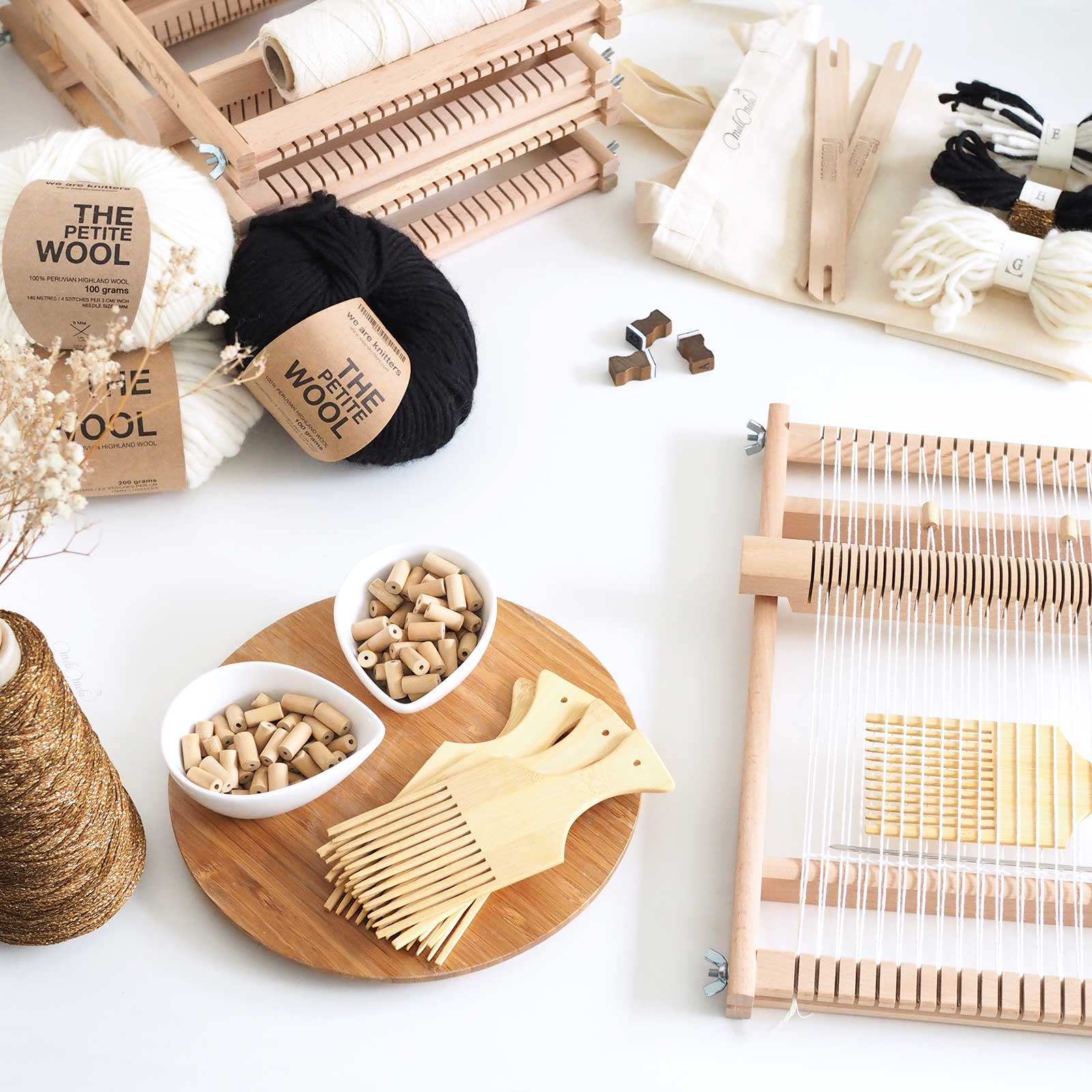 kit-lana-DIY-telar-lana-destellos-oro-negro-blanco-weareknitters-laboutiquedemelimelo