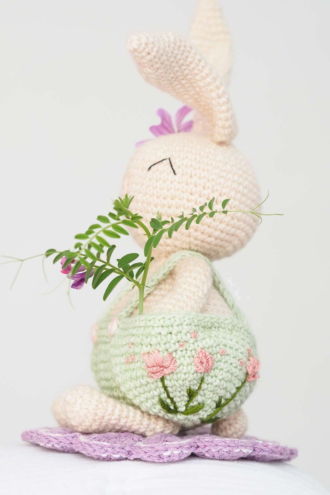 oliver-lapin-printemps-pivoines-amigurumi-crochet-laboutiquedemelimelo