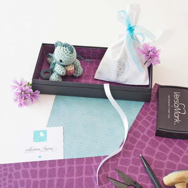 présentation bijoux fleur mauve Collection Japon bébé dinosaure crochet laboutiquedemelimelo