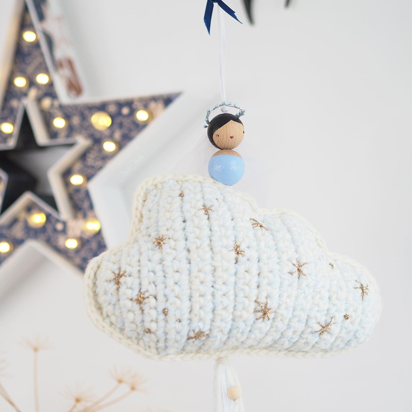 suspension-deco-nuage-cadeau-naissance-pois-plumes-laboutiquedemelimelo