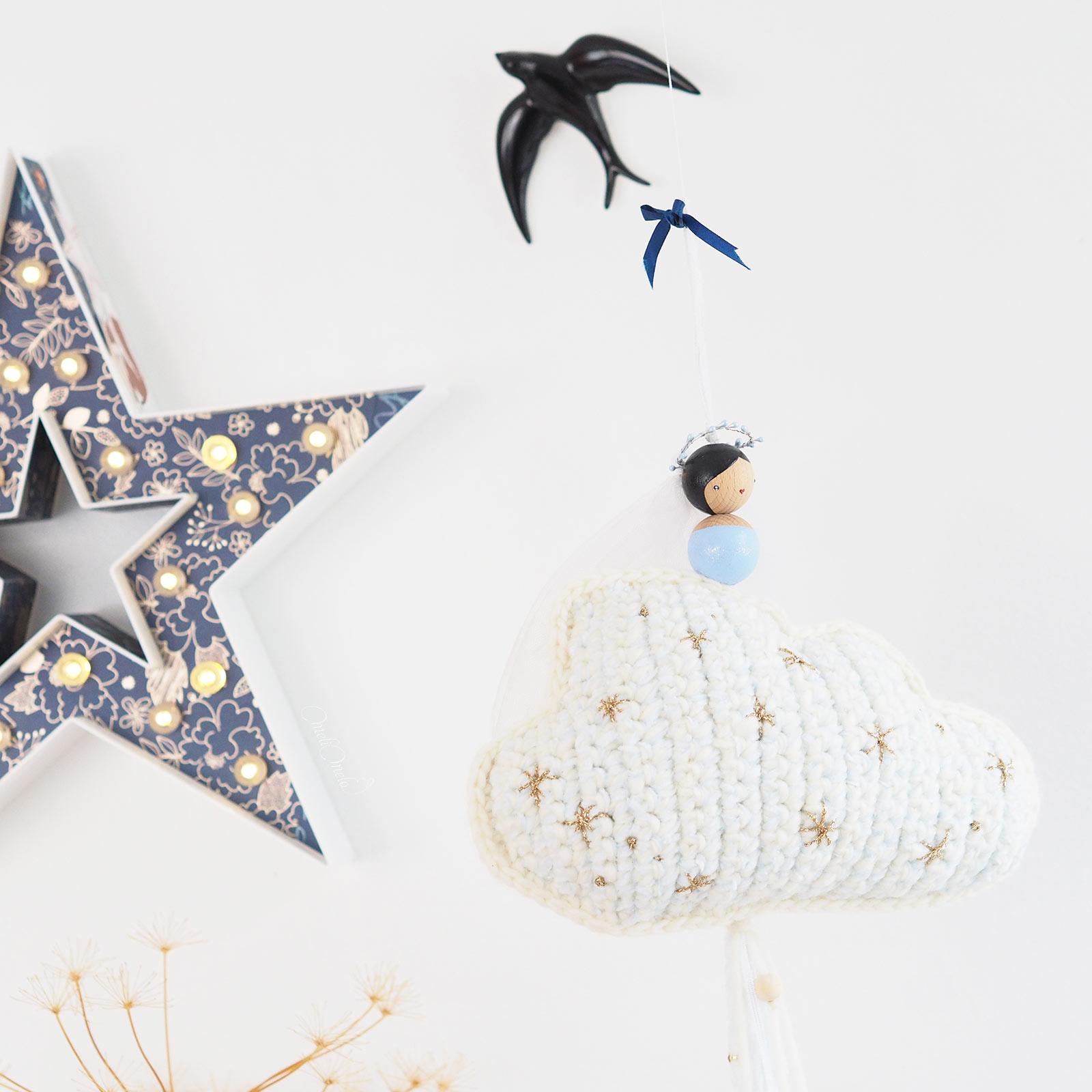 suspension-nuage-cadeau-naissance-pois-plumes-laboutiquedemelimelo