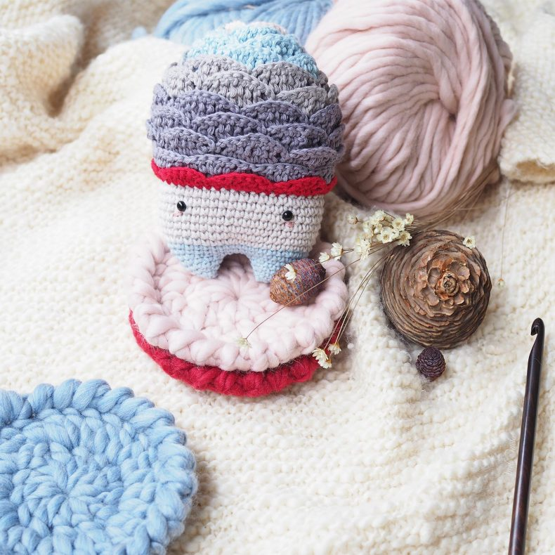 woody-hiver-cone-cedre-deco-cosy-sous-mug-laine-weareknitters-laboutiquedemelimelo