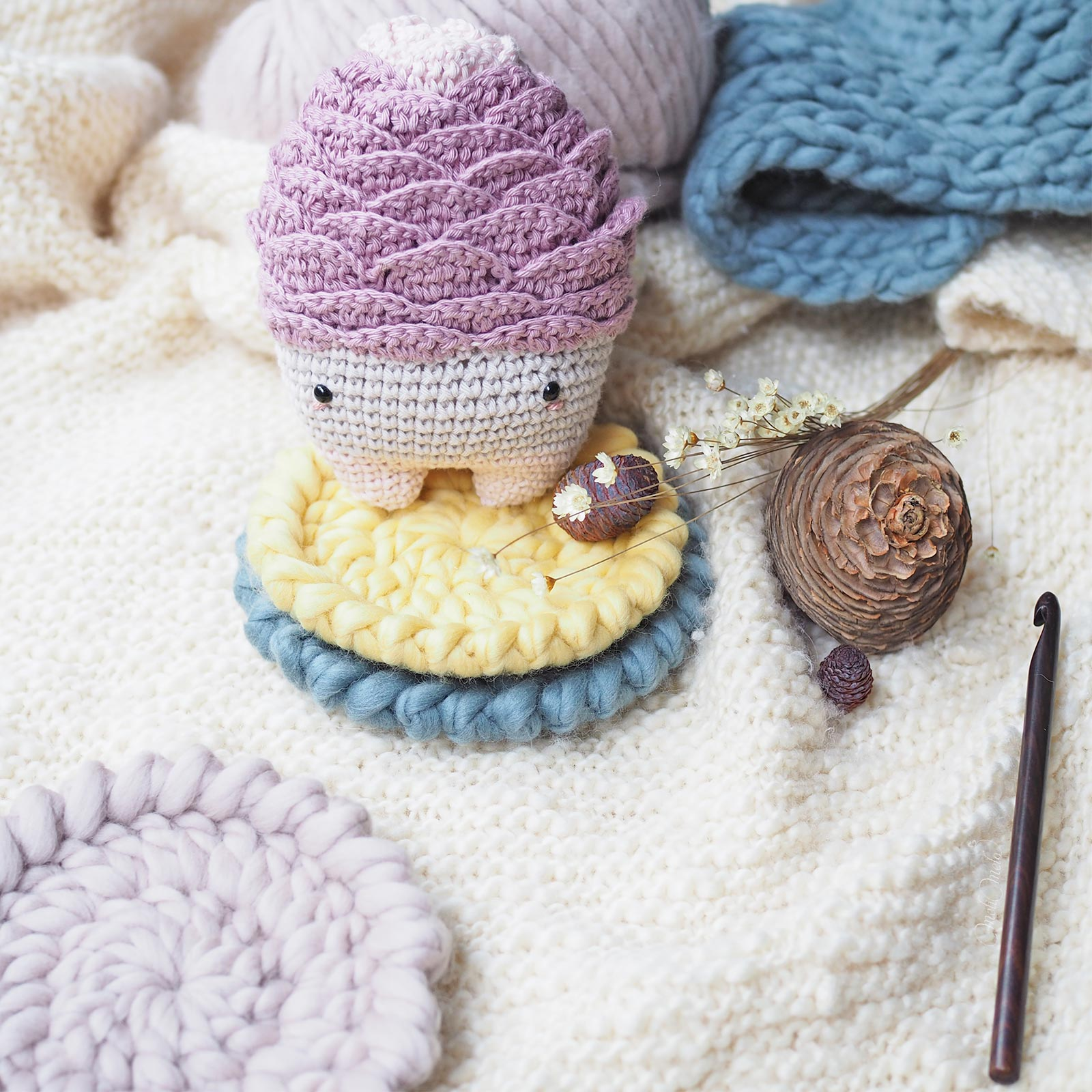 woody-rose-cone-cedre-deco-cosy-sous-mug-laine-weareknitters-laboutiquedemelimelo